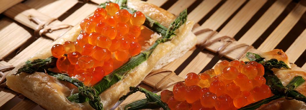 Blätterteig-Zungen  mit grünem Spargel und Kaviar